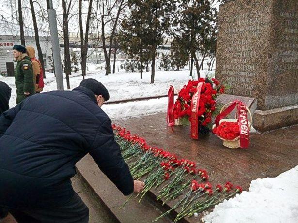 Цветок на братской могиле